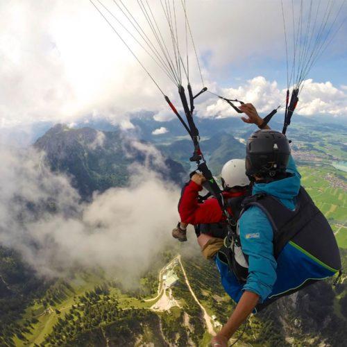gleitschirm tandemflug über den wolken.