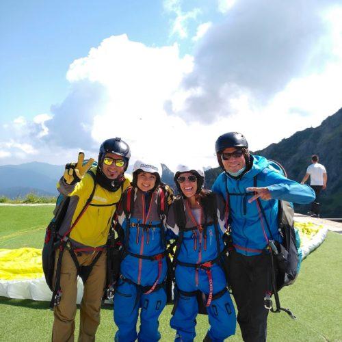 gruppenfoto mit paragliding tandem piloten und passagieren.