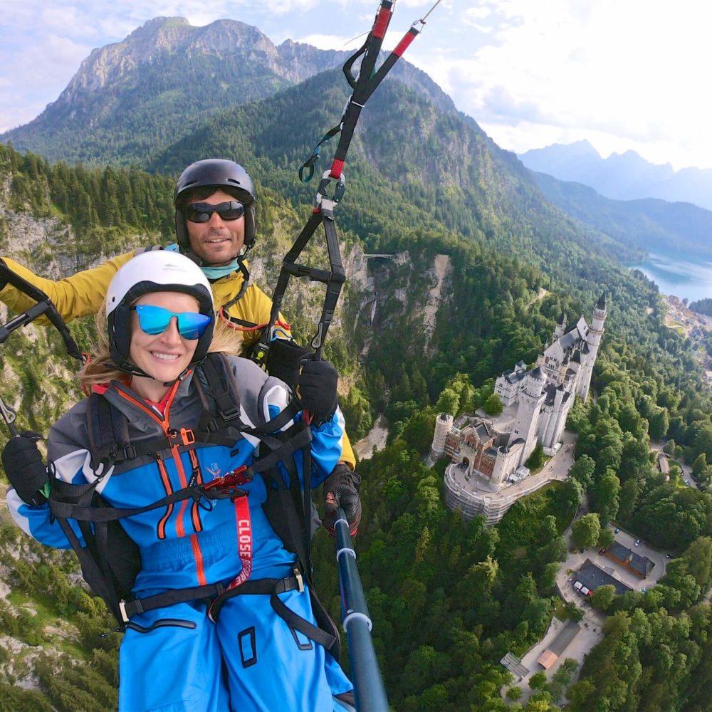 gleitschirm tandemflug am tegelberg über schloss neuschwanstein in schwangau.