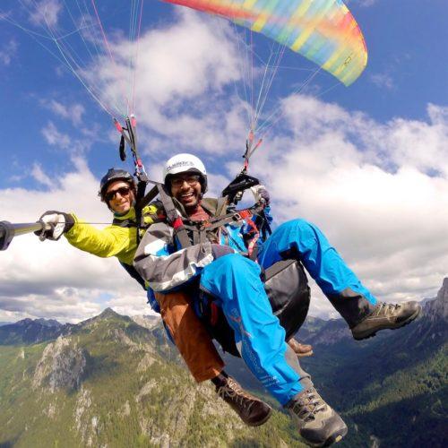 dynamisches tandem paragliding selfie.