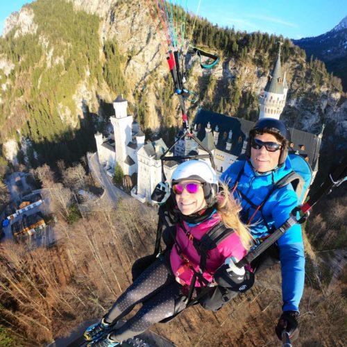 paragliding tandemflug vor schloss neuschwanstein am tegelberg.