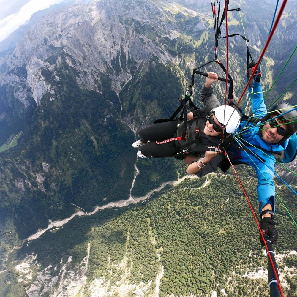 paragliding tandemflug hoch über den bayrischen alpen.