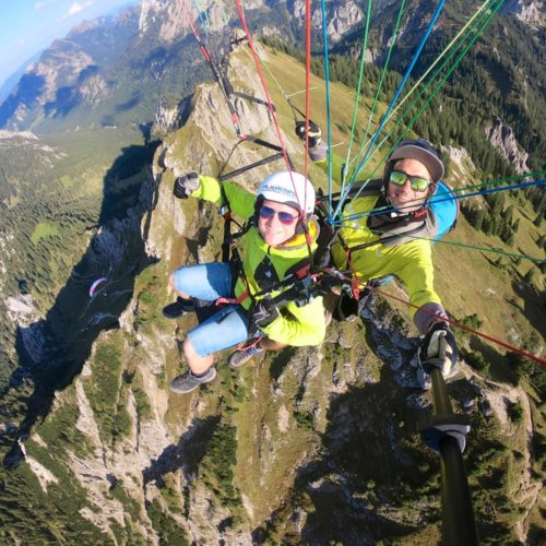 tandem paragliding selfie über dem tegelberg gipfel.