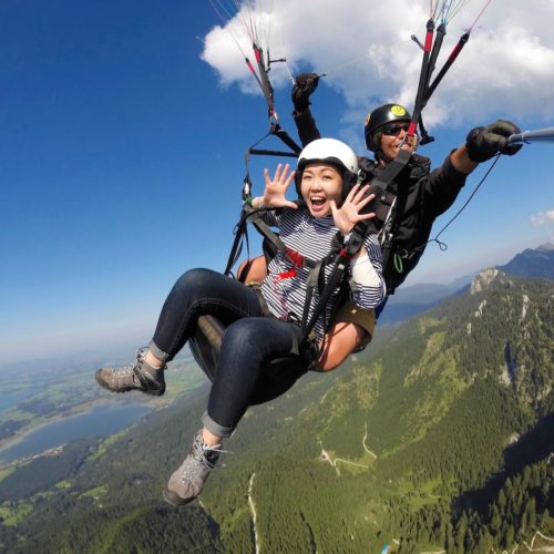 tandem paragliding passagier voller euphorie.