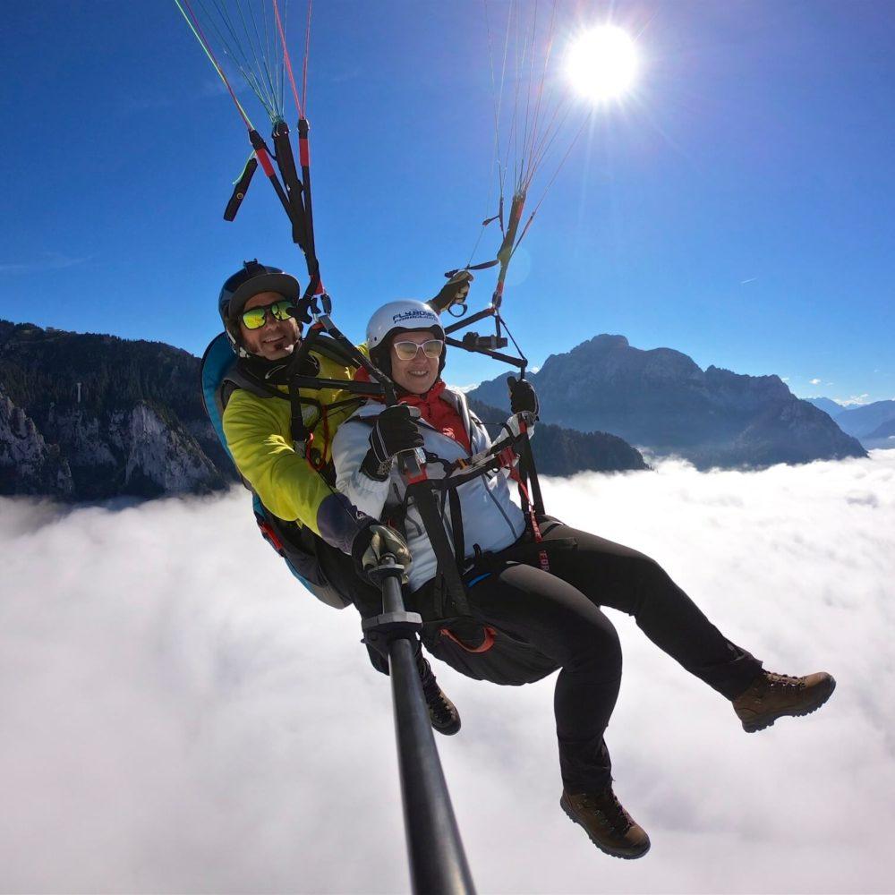 tandem geitschirmflug über den wolken.