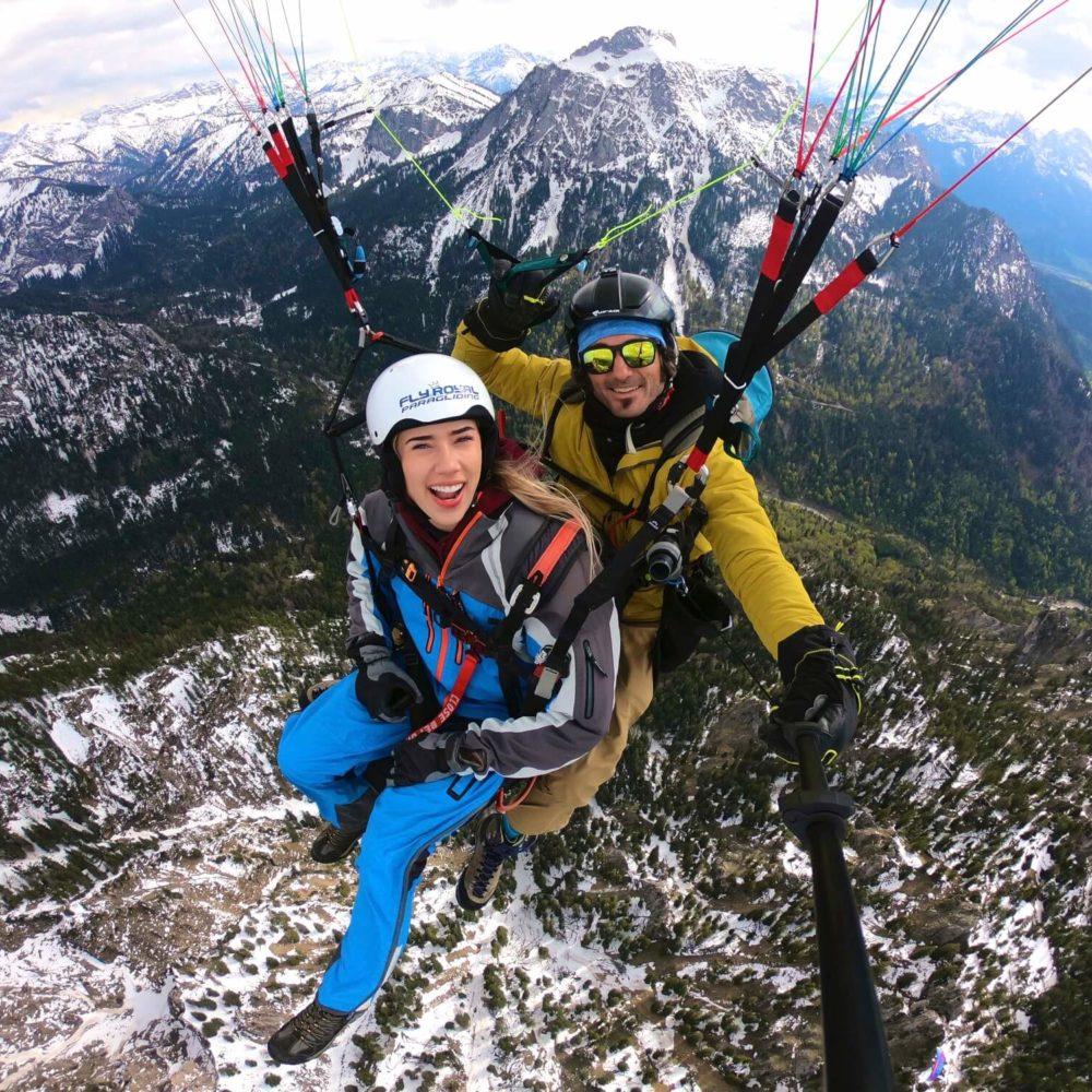 tandem paragliding gopro selfie mit pilot und passagier.