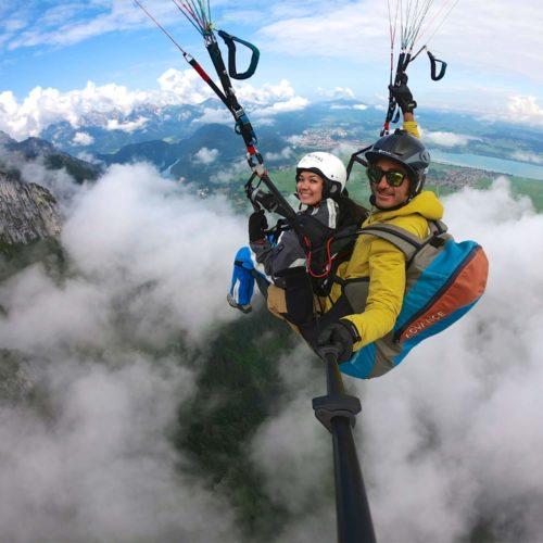 tandem paragliding flug über den wolken.