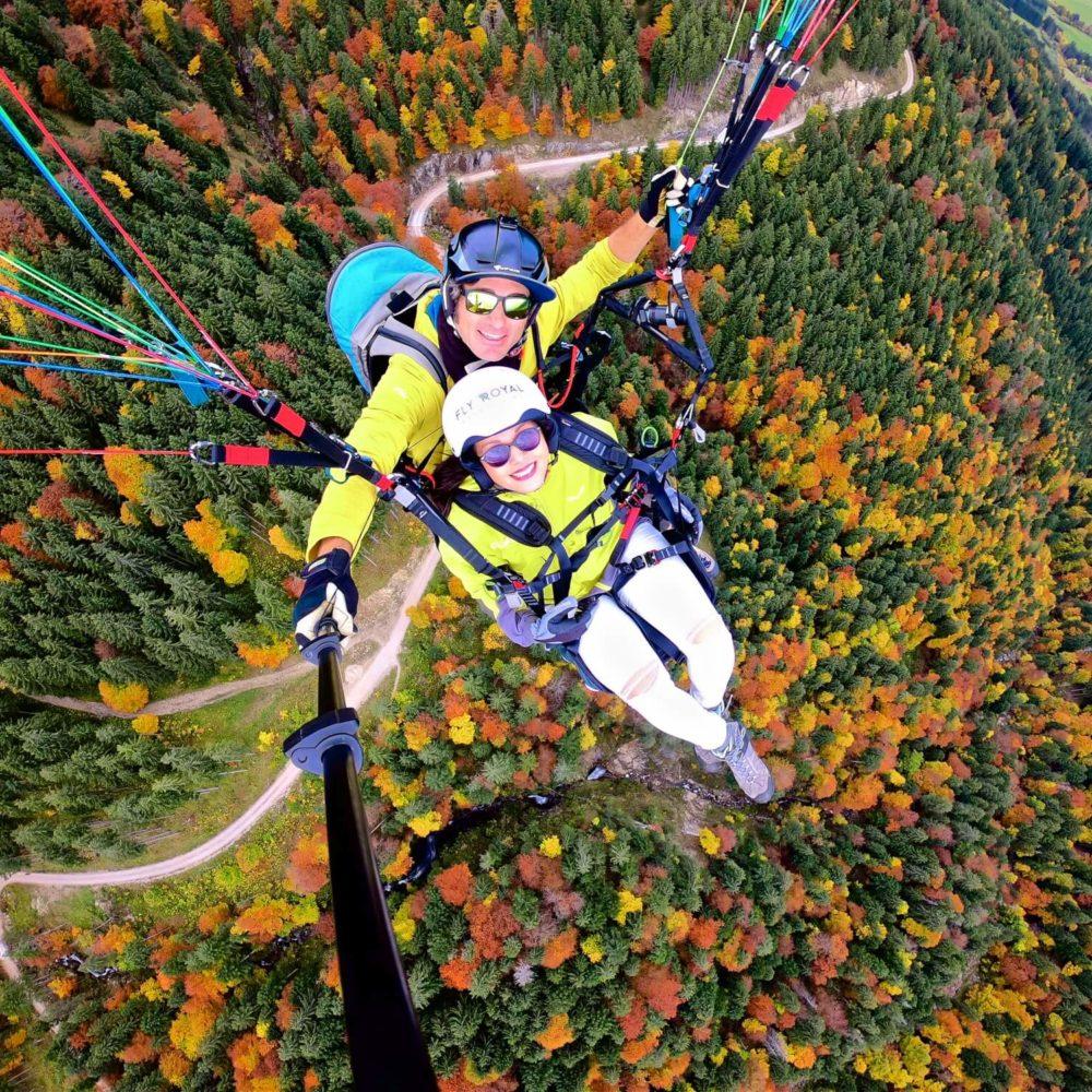 tandem paragliding selfie mit leuchtenden herbst farben.